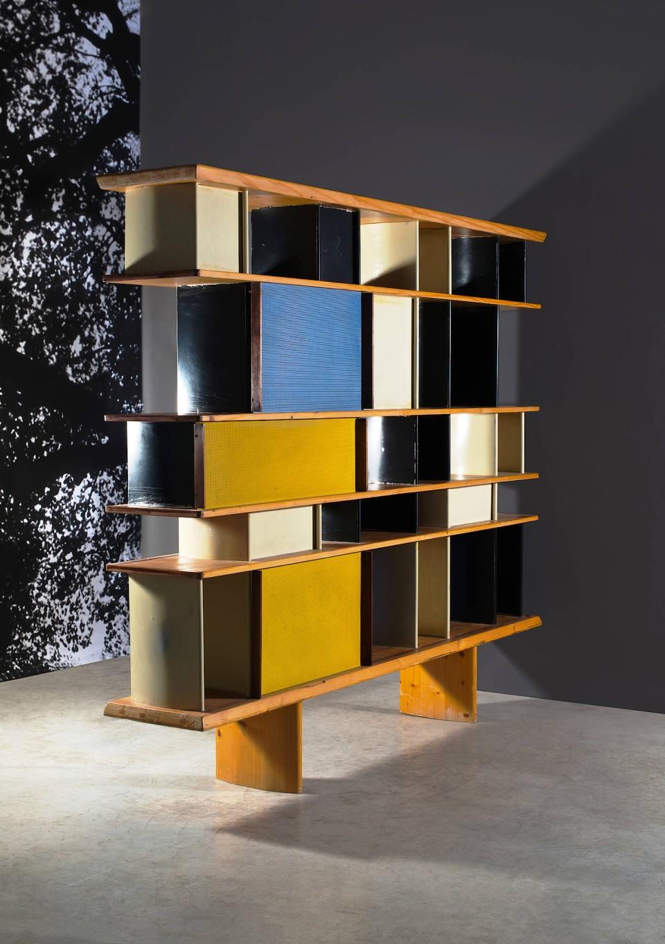 """Studentischer Raumteiler: Das Bücherregal, das Charlotte Perriand 1952 für das Pariser Studentenwohnheim """"Maison du Mexique"""" entworfen hat, war einst fest im Boden der Zimmer einbetoniert."""