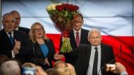 Vielen Dank für die Blumen: Kaczynski und Morawiecki (hinter ihm) am Sonntagabend auf der Wahlparty der PiS in Warschau