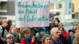 Streit um Abtreibungsparagrafen geht vor Oberlandesgericht
