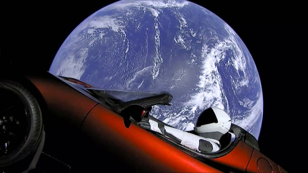Ein roter Tesla im Weltall