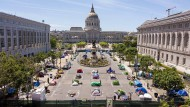 Gleichzeitigkeit der Extreme: Gegenüber der City Hall von San Francisco campieren Obdachlose unter Wahrung des eigens markierten Corona-Abstands.