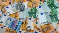 Zu sehen sind Euro-Geldscheine mit unterschiedlichen Werten.
