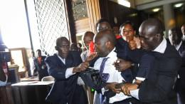Tumulte und Handgreiflichkeiten im Parlament