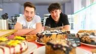 Der Koch Dennis Aukili (rechts) und der Bäcker Dominik Busch legen in ihrem Museumslokal in Frankfurt Wert auf Tradition und guten Geschmack.