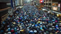 Zehntausende protestieren auf Hongkongs Straßen