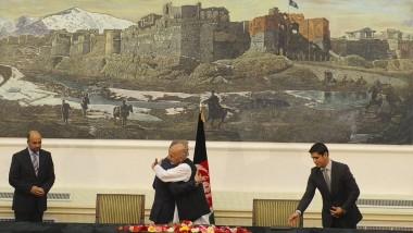 Umarmung zweier Gegner: Abdullah Abdullah (links) und Ashraf Ghani agieren für die Kameras
