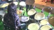 Eine indische Frau spielt 31 Stunden lang Schlagzeug