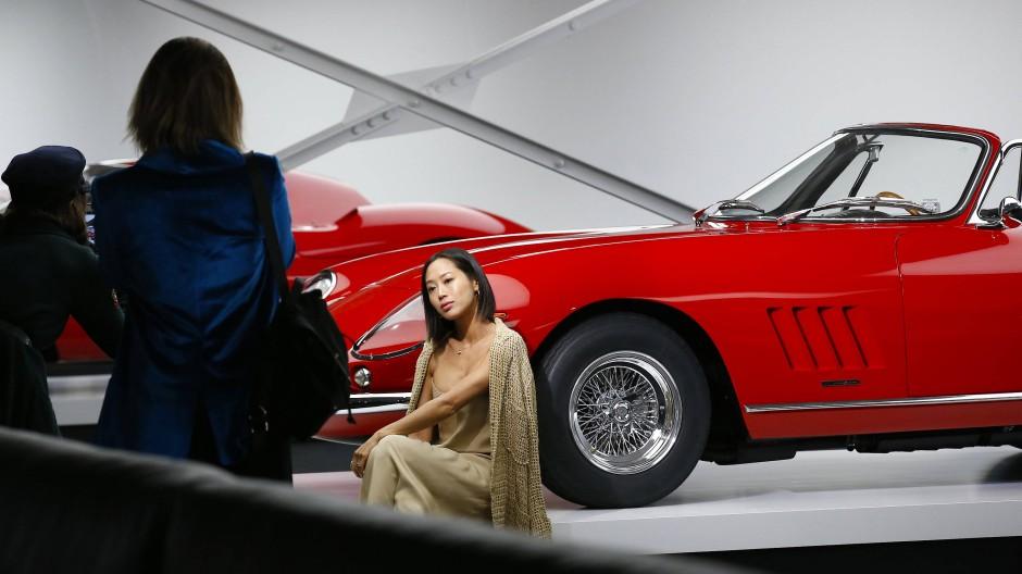 Ungewöhnliche Fotokulisse: Zuschauer posieren vor Ralph Laurens Autosammlung.