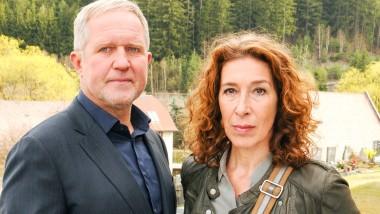 """Sehen nicht aus, als wären sie im """"Paradies"""" gelandet: Die Tatort-Ermittler Moritz Eisner (Harald Krassnitzer) und Bibi Fellner (Adele Neuhauser)"""