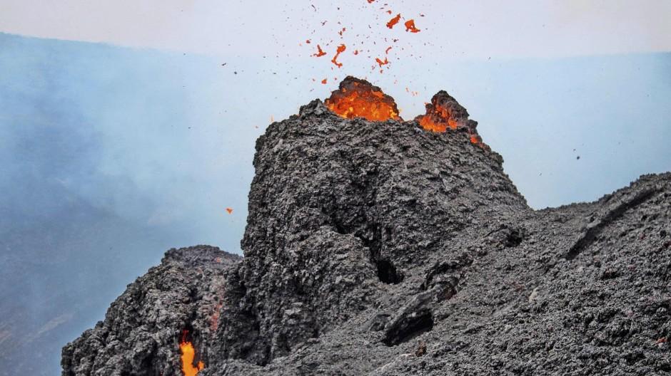 So nahe kamen die Gäste des isländischen Literaturfestivals den Lava-Auswürfen des  Fagradalsfjall nicht, aber sie bestaunten ihn aus der Ferne.