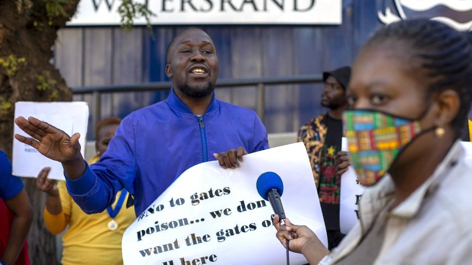 Teilnehmer einer Demonstration protestieren gegen eine Covid-19-Studie vor der Witwatersrand-Universität im südafrikanischen Johannesburg.