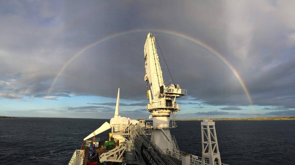 Eine Strömungsturbine wird für das Projekt MeyGen vor der schottischen Küste ins Meer gelassen und installiert.