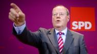 Sowohl SPD-Kanzlerkandidat Steinbrück als auch Grünen-Chefin Roth spüren nach der Landtagswahl Rückenwind für ihre Parteien.