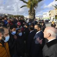 Nach Ausschreitungen spricht Tunesiens Präsident Kaïs Saïed am 18. Januar mit Bewohnern eines Vororts der Hauptstadt Tunis.