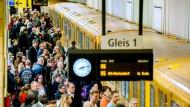 Szenen aus dem Hauptstadtleben: Fahrgäste steigen am Berliner Bahnhof Friedrichstraße in die Linie U6 ein.