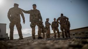 Die Soldaten bügeln viele Mängel aus