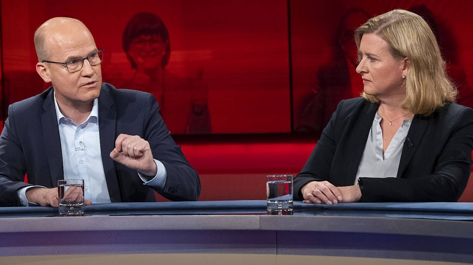 """Bei """"Hart aber fair"""" diskutierten unter anderem CDU-Fraktionsvorsitzender Ralph Brinkhaus und Eva Quadbeck, Leiterin der Parlamentsredaktion der """"Rheinischen Post""""."""