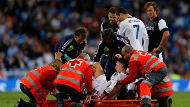 Özil verletzt vom Platz