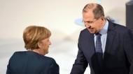 Bundeskanzlerin Angela Merkel begrüßt den russischen Außenminister Sergej Lawrow in München.