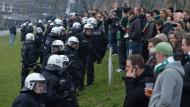 Verhärtete Fronten: Die Polizei versucht 2014 am Bremer Weserstadion Fans von Werder Bremen daran zu hindern, zu den Fans vom Hamburger SV zu gelangen.