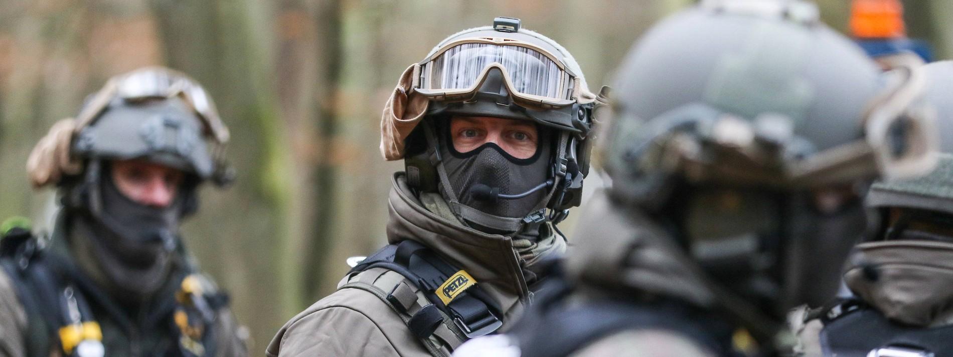 Aktivisten beschießen Polizisten abermals mit Pyrotechnik