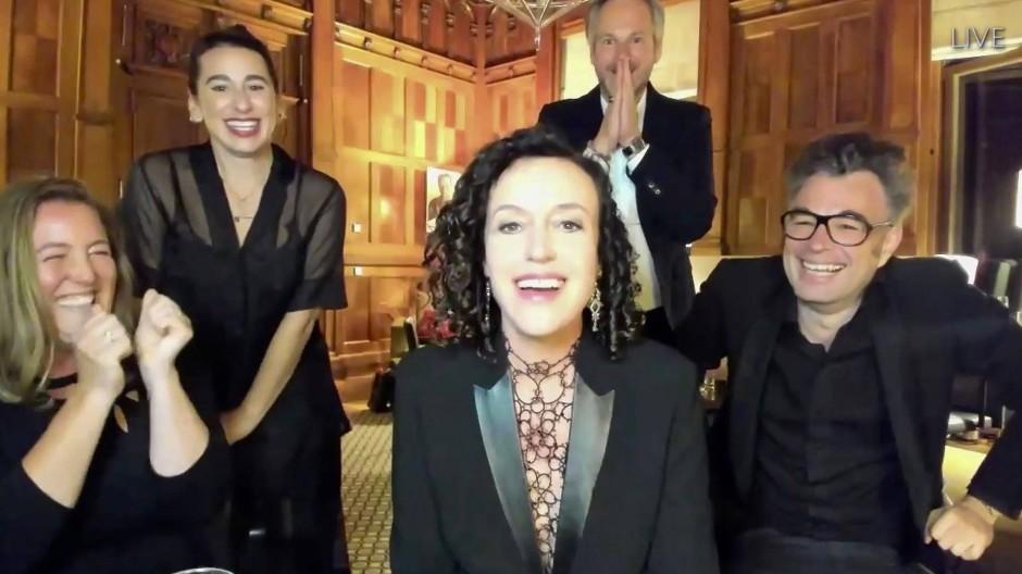 Auch bei virtuellen Preisverleihungen darf man sich schick machen: Die deutsche Preisträgerin Maria Schrader mit ihrem Team während der Emmy Awards