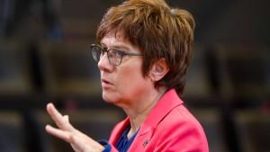 """SPD wirft AKK """"verantwortungslose Gedankenspiele"""" vor"""
