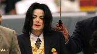2005 trifft Michael Jackson bei Gericht ein.