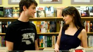 "Diskussion im Plattenladen: Joseph Gordon-Levitt und Zooey Deschanel im Film ""500 Days of Summer""."