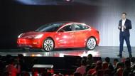 Nachdem Tesla in den Schlussquartalen 2018 einen Gewinn einfahren konnte, ist der Autobauer 2019 wieder in die roten Zahlen gerutscht.