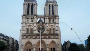 Kirchen läuten für Notre-Dame