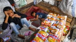 Menschen in Indonesien hoffen auf Hilfe