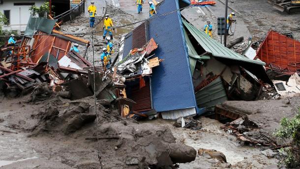 Rettungsarbeiten nach Erdrutsch in Japan erschwert