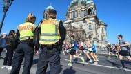 Die Polizei wollte während des Marathons kein Risiko eingehen und sicherte die Strecke mit einem Großaufgebot.