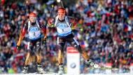 Als Erste und Zweite gestartet, später trennen sich die Wege von Laura Dahlmeier (r.) und Franziska Hildebrand: Die eine wird Dritte, die andere landet auf Platz 50
