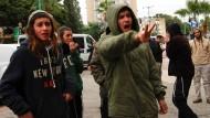 Rechtsextreme Israelis protestieren vor dem Gericht in Lod, vor dem sich Ben-Uliel und sein Komplize verantworten müssen.
