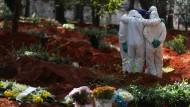 Permantent im Einsatz: Bestatter auf dem größten Friedhof Brasiliens, dem Vila Formosa in Sao Paolo