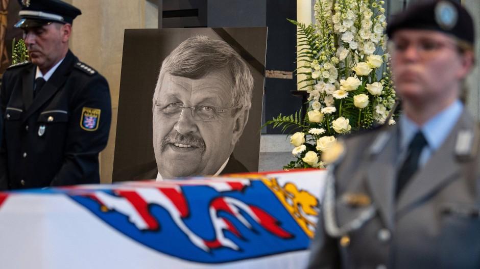 Ein Bild von Walter Lübcke (CDU) ist am Sarg bei einem Trauergottesdienst in der Kassler Martinskirche zu sehen.