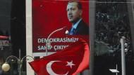 Er ist ihr starker Anführer: Anhänger Erdogans schwenken türkische Flaggen.