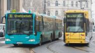 Mehr Fahrgäste: Bus und Bahn in Frankfurt.