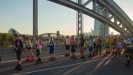 Gleitzeit: Die Dienstagsskater genießen die freie Fahrt  –  hier auf der Honsellbrücke.
