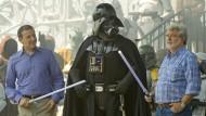 Am 20. Mai 2011: Kurz bevor Disney-Vorstandschef Bob Iger (l.) mit Star-Wars-Erfinder George Lucas eine generalüberholte Freizeitpark-Attraktion eröffnete, sagte er ihm, dass er seine Firma Lucasfilm gerne kaufen würde.