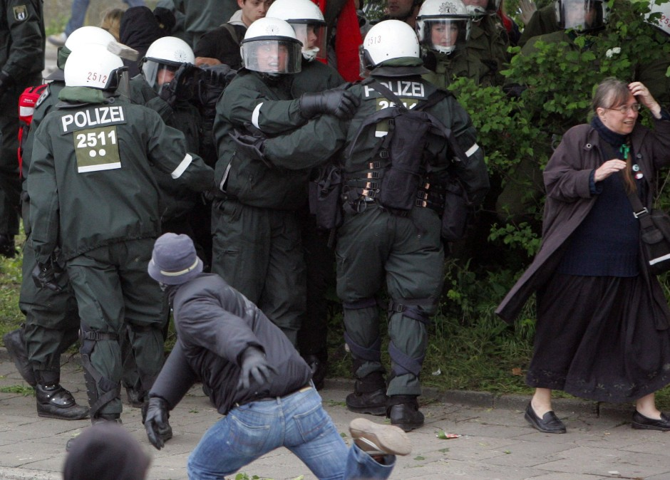 Auseinandersetzungen zwischen G-8-Kritikern und Polizisten 2007 in Rostock während einer Großdemonstration gegen den G-8-Gipfel in Heiligendamm.