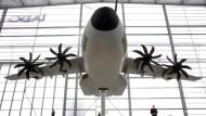 Vom Hoffnungsträger zum Problemfall für die Bundeswehr: ein Modell des neuen Militärtransporters Airbus A400M in einem Hangar am Dresdner Flughafen (Archivbild von 2008)