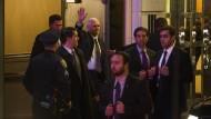 Mike Pence verlässt die Vorstellung.