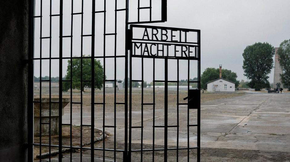 """Eingangstor mit dem Schriftzug """"Arbeit macht frei"""" im ehemaligen Konzentrationslager Sachsenhausen"""