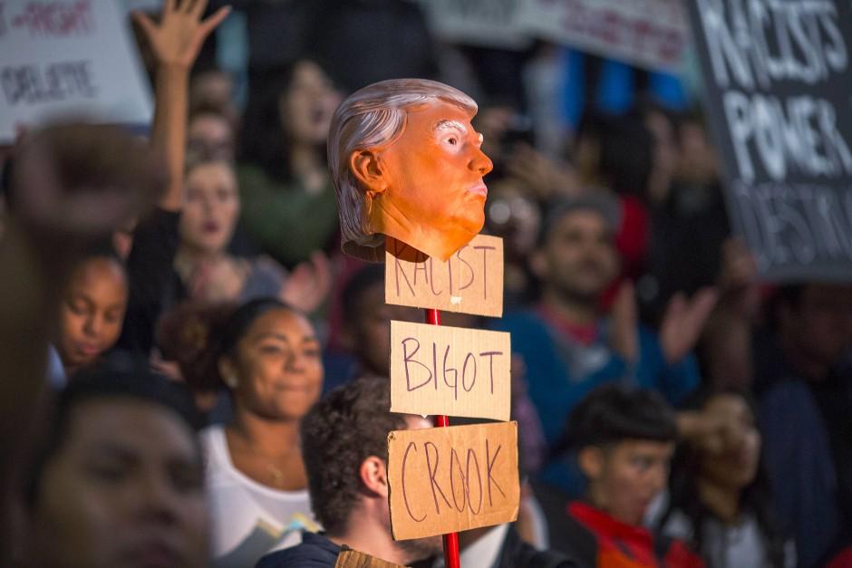 Demonstranten machen vor der City Hall in Los Angeles keinen Hehl daraus, was sie von der Wahl Trumps halten