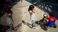 Sie haben keinen Einfluss darauf, wohin es sie verschlagen wird: Kinder in Frankfurter Flüchtlingsunterkunft.