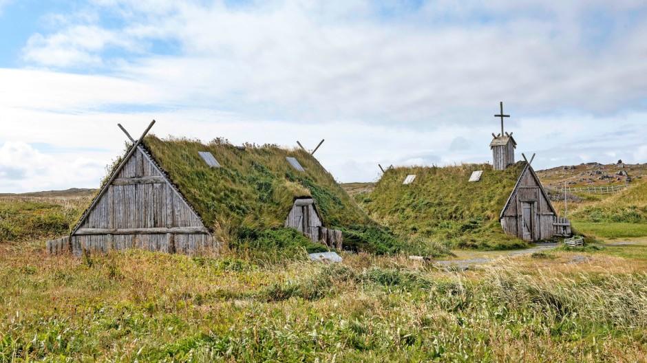 Leif Eriksson war hier gewesen. Diese Gebäude der Wikingersiedlung an der Bucht L'Anse aux Meadows auf Neufundland sind allerdings rekonstruiert.