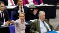 Alice Weidel (l.) und Alexander Gauland (r.), die Fraktionsvorsitzenden der AfD, im Bundestag während einer Rede des früheren CDU-Fraktionschefs Volker Kauder